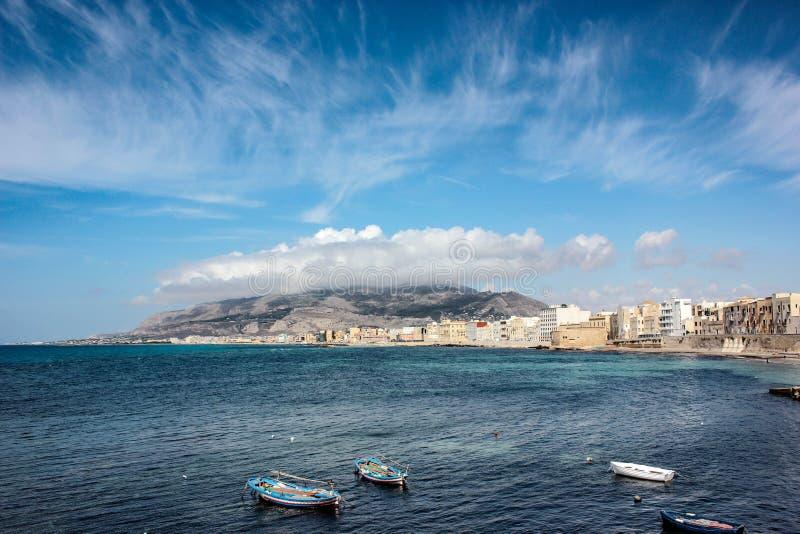 Море и часть города Сицилия - Erice и Трапани стоковые изображения