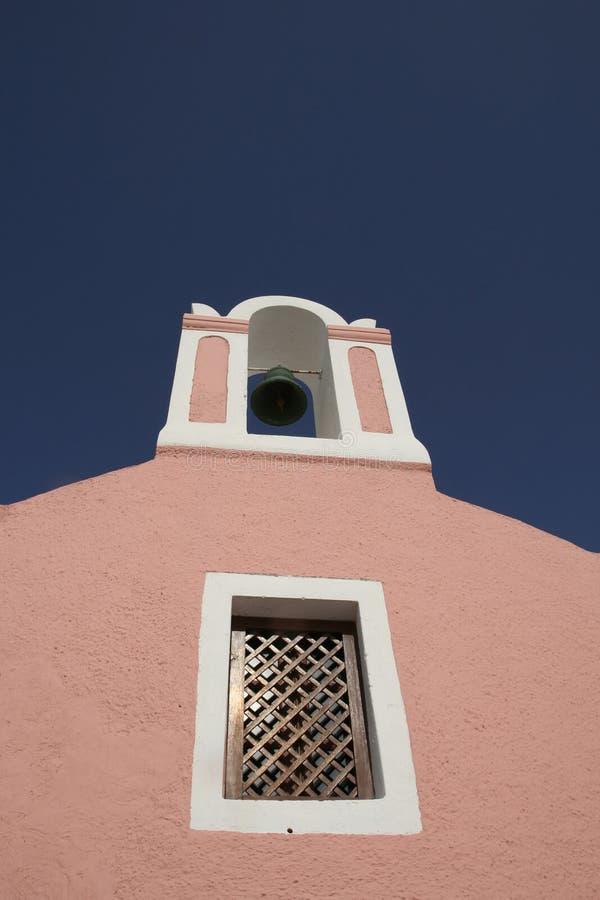 Море колокол na górze оранжевого здания в oia santorini, Греции стоковое изображение