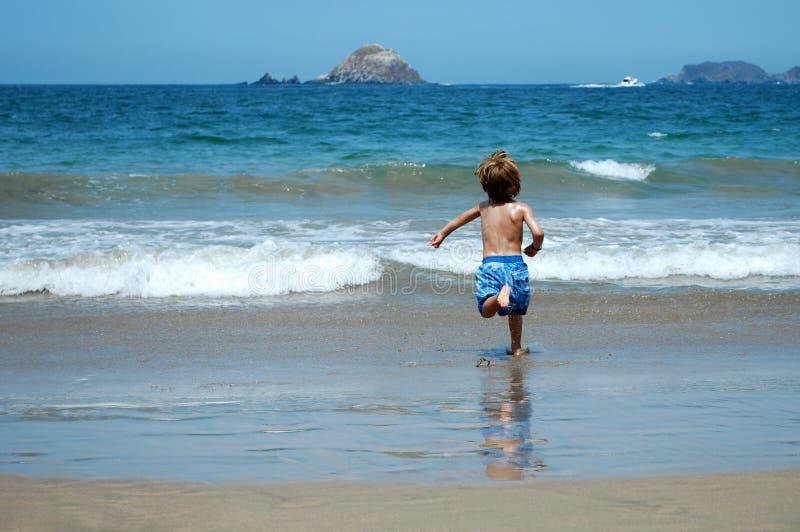 море мальчика идущее к стоковые изображения