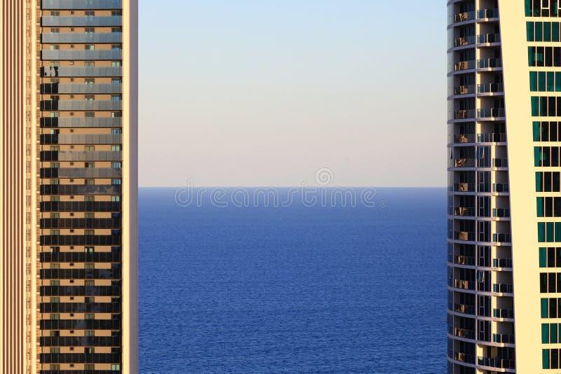 Море между башнями сумерк стоковое фото rf