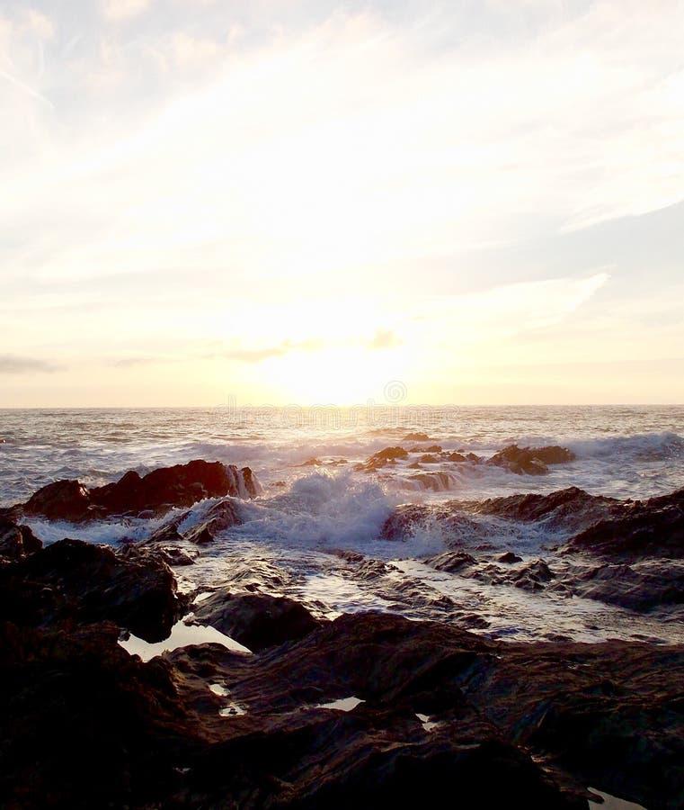 Море на волнах захода солнца прибрежных стоковая фотография rf
