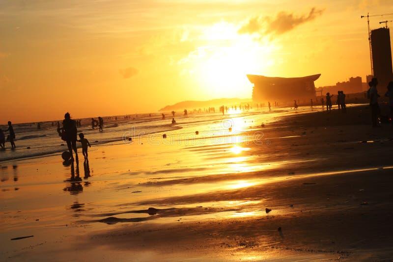 Море на сумраке отражает желтый свет стоковое изображение
