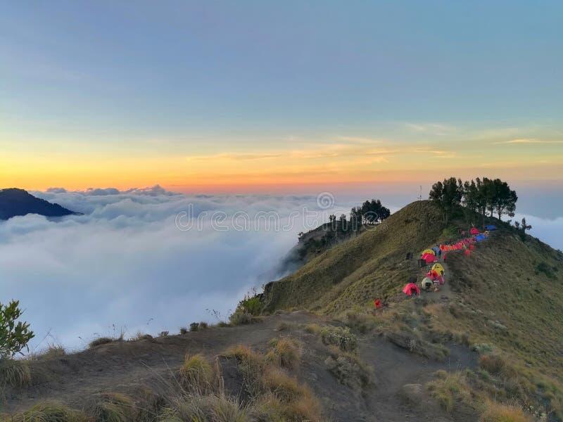 Море облака на верхней части горы и группе в составе красочные шатры стоковые изображения rf