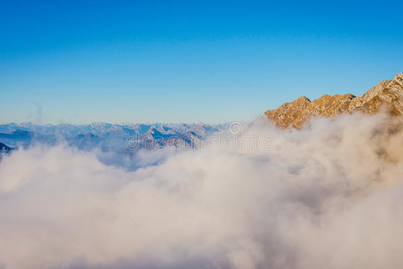 Море облаков, Альпы, Италия стоковая фотография rf
