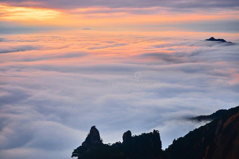 Море облаков в заходе солнца стоковые изображения rf