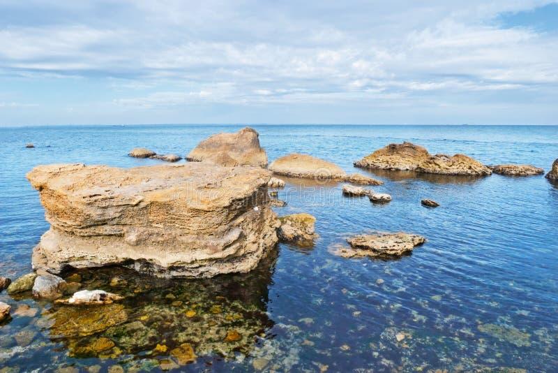 Download море пляжа каменистое стоковое изображение. изображение насчитывающей утес - 18379467