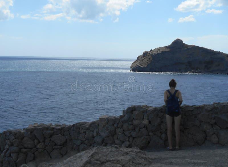 Море, пляж, побережье, вода, небо, океан, ландшафт, природа, синь, утес, утесы, перемещение, лето, береговая линия, облака, камен стоковое изображение
