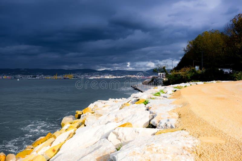 Море получает неусидчивым, шторм получает более близко стоковые фото