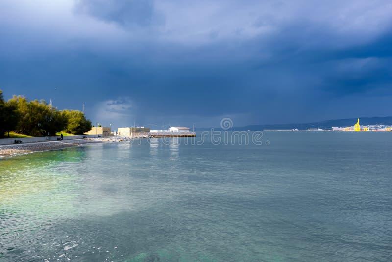 Море получает неусидчивым, шторм получает более близко стоковые изображения rf
