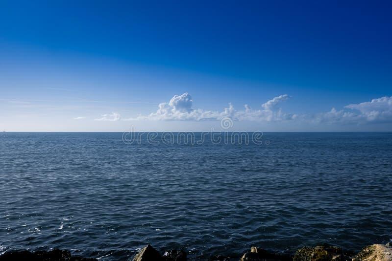 Море получает неусидчивым, шторм получает более близко стоковая фотография