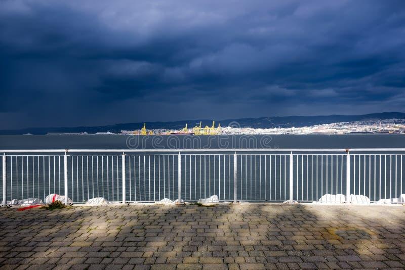 Море получает неусидчивым, шторм получает более близко стоковое фото