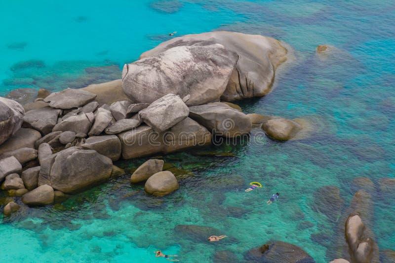 Море развевает камни стоковые изображения