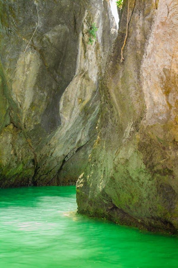 Море развевает камни стоковое фото rf