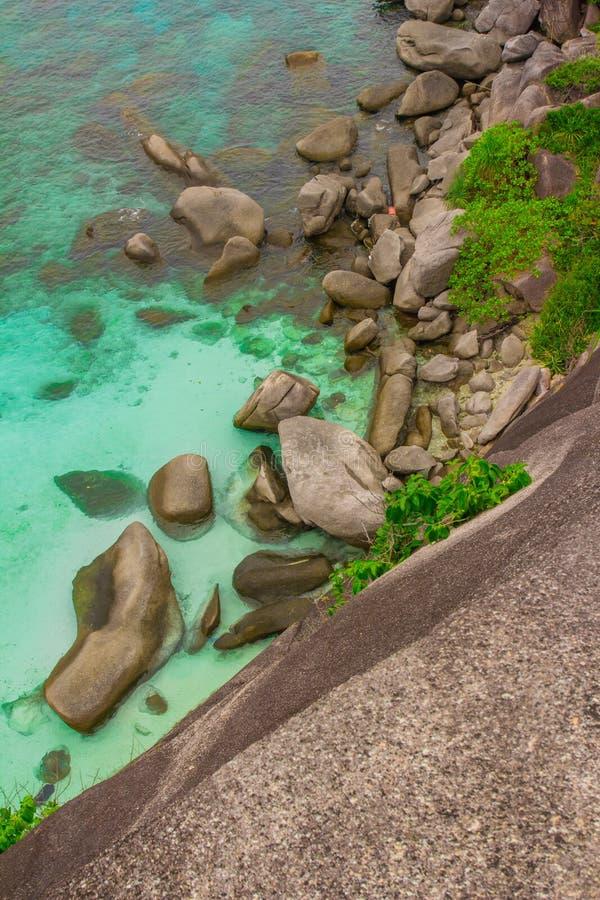 Море развевает камни стоковая фотография