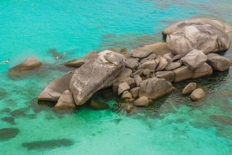 Море развевает камни стоковая фотография rf