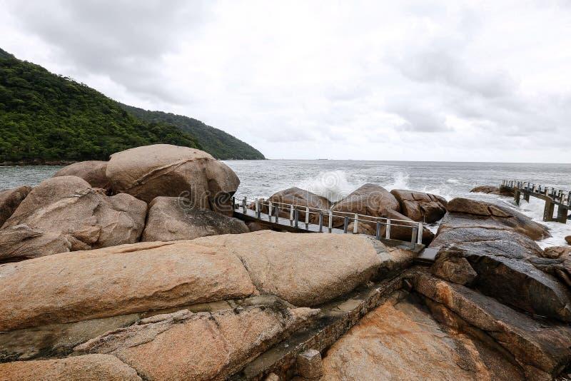 Море развевает на утесах стоковые фотографии rf