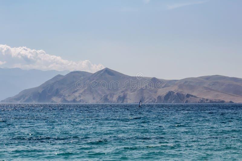 Море с горой и виндсерфингом, Baska Хорватией стоковое изображение