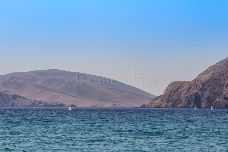 Море с горой и малой яхтой, Baska Хорватией стоковое изображение