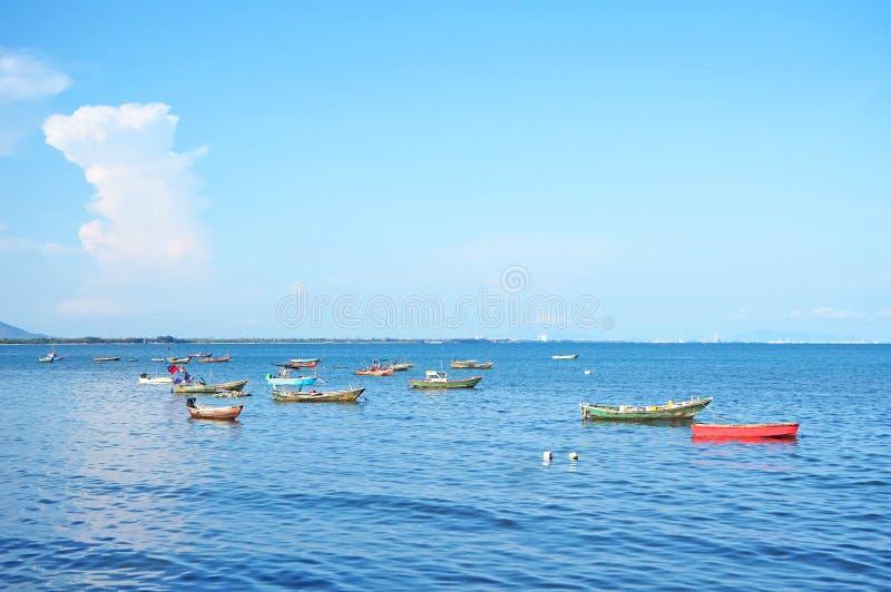 Море с рыбацкой лодкой на провинции Rayong, апреле 2019 стоковая фотография