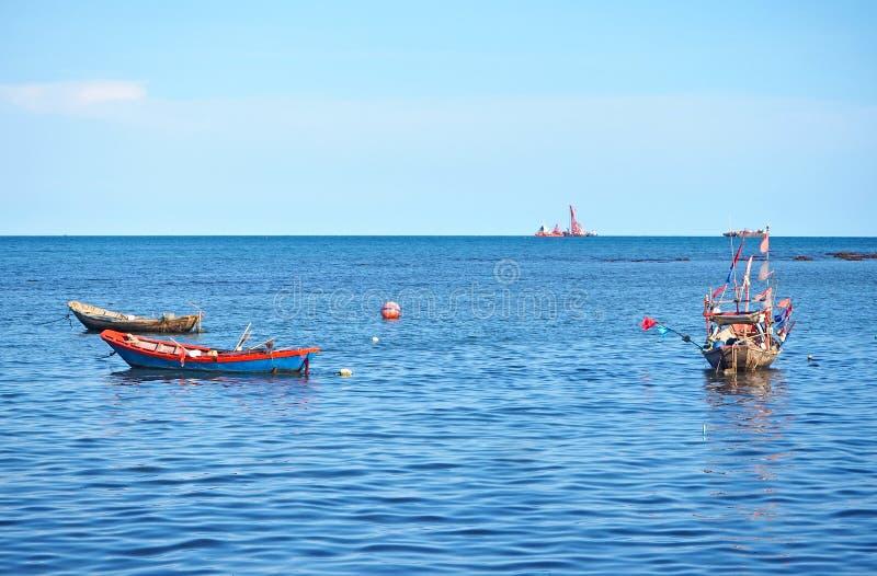 Море с рыбацкой лодкой на провинции Rayong, апреле 2019 стоковое изображение rf