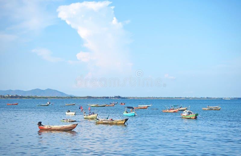 Море с рыбацкой лодкой на провинции Rayong, апреле 2019 стоковая фотография rf