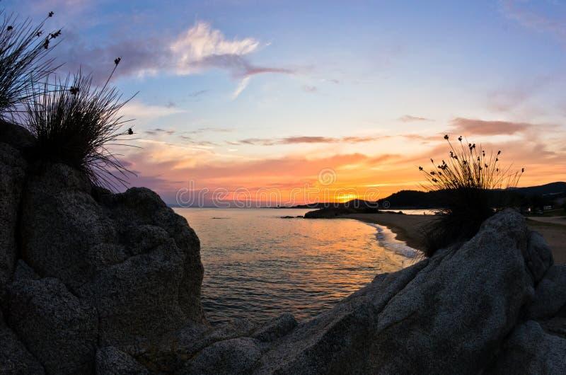 Море трясет на заходе солнца, западном побережье Sithonia, Chalkidiki стоковое фото