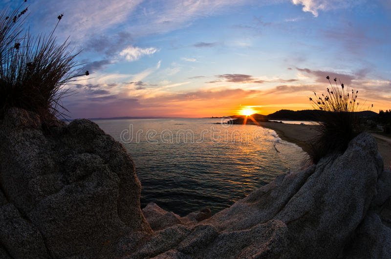 Море трясет на заходе солнца, западном побережье Sithonia, Chalkidiki стоковое изображение rf