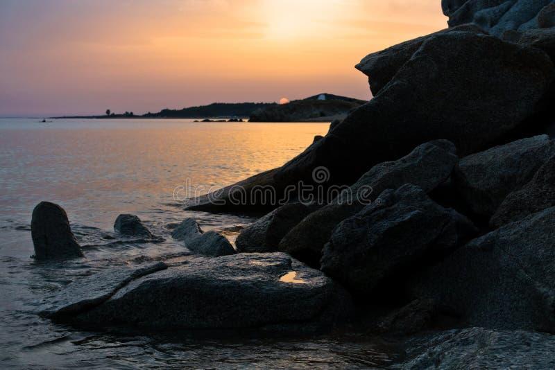 Море трясет на песчаном пляже на заходе солнца, западном побережье полуострова Sithonia, Chalkidiki стоковая фотография