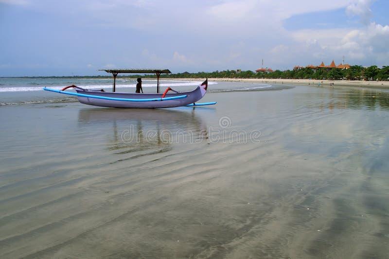 море шлюпки пляжа стоковое изображение rf