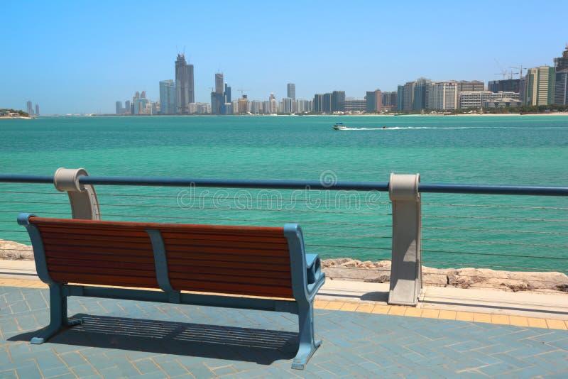 море dhabi зданий стенда abu обозревая стоковое изображение rf