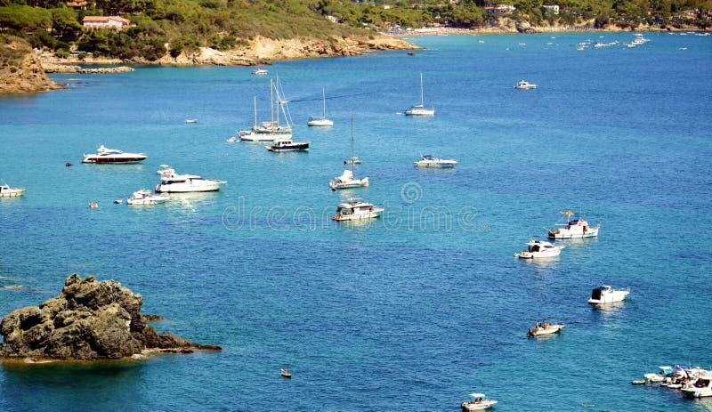 Море Tyhrrhenian, маленькие лодки плавая в Тоскану, в острове Эльбы, Италия стоковое фото rf