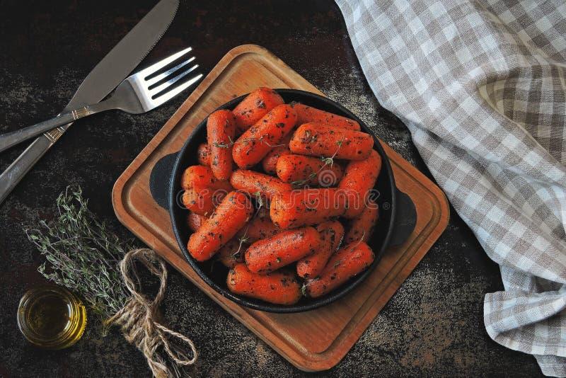 Моркови младенца испекли в skillet стоковое изображение
