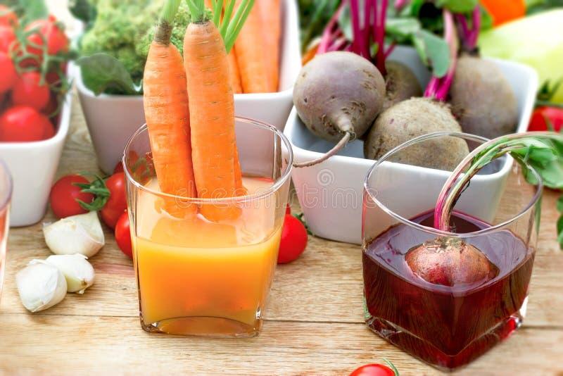 Морковь и свекловичный сок, здоровый противоокислительн сок сделанный с органическим овощем стоковое изображение rf