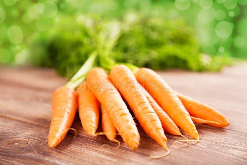 Морковь на деревянном столе стоковая фотография