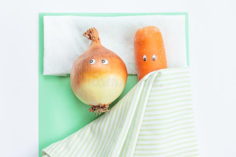 Морковь при лук-порей лежа совместно в кровати стоковое фото