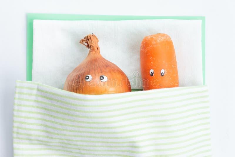 Морковь при лук-порей лежа совместно в кровати стоковая фотография