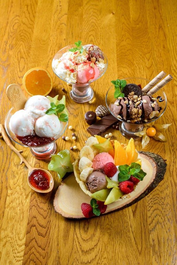 Мороженное с плодоовощ и шоколадом стоковое фото