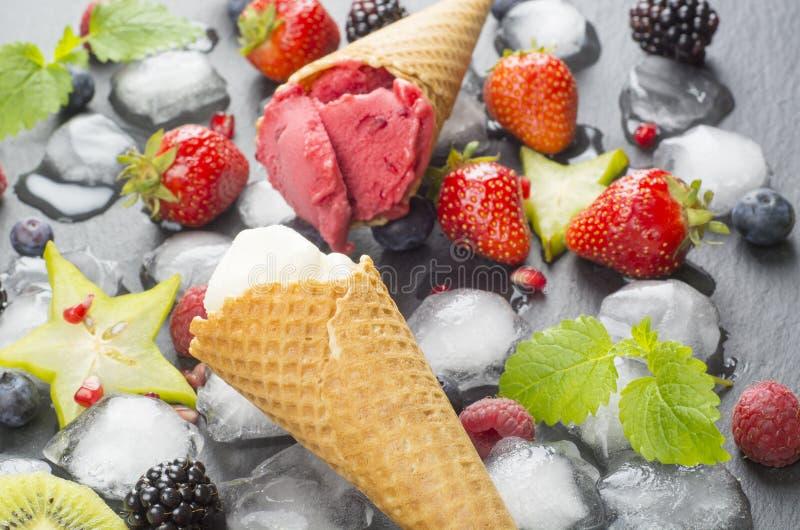 Мороженое и свежие фрукты стоковое изображение rf