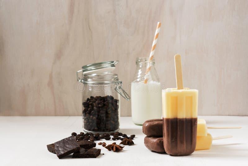 Мороженое на кофе ванили ручки цвета 2 мороженое на белом деревянном столе стоковые изображения rf