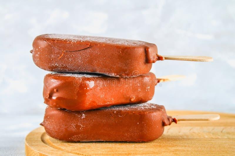 Мороженое на льде на деревянной доске на серой таблице эскимос стоковое изображение rf