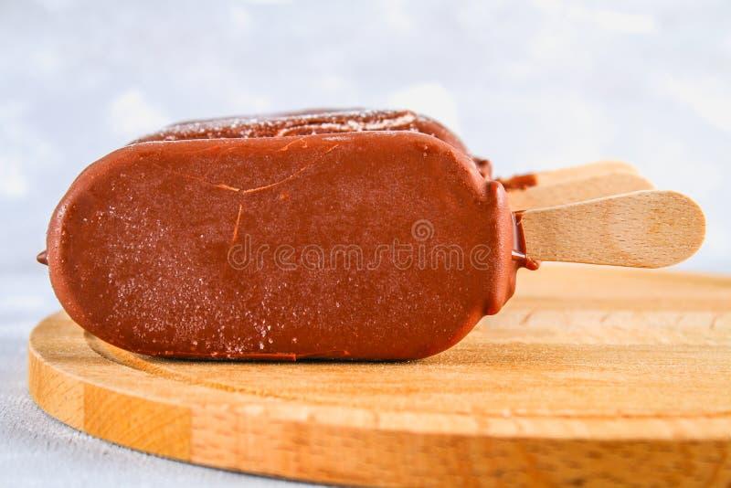 Мороженое на льде на деревянной доске на серой таблице эскимос стоковое фото