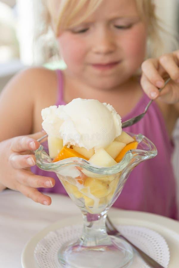 Мороженое на смешанных плодоовощах в стекле Sundae стоковые изображения rf