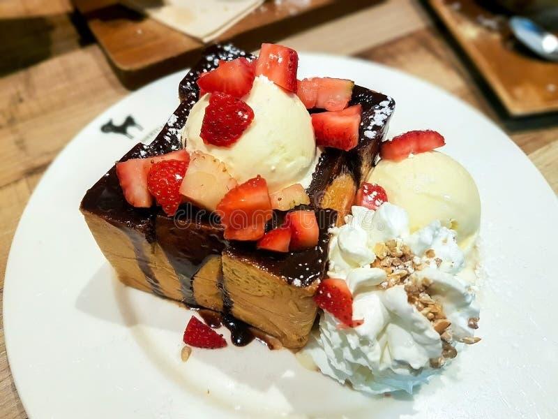 Мороженое покрытое с клубникой стоковое фото rf