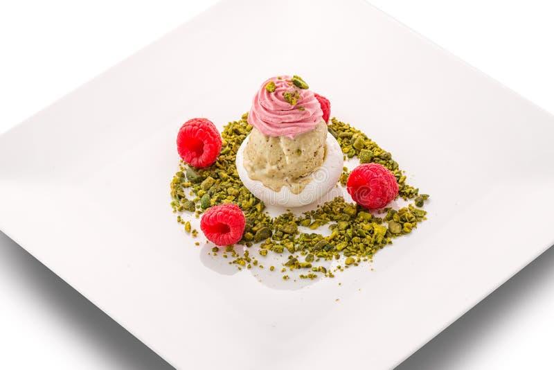 Мороженое поленики с фисташками и свежими полениками на белой плите, исключительном десерте лета, patisserie стоковое фото rf