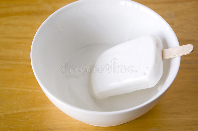 Мороженое плавя в белом шаре стоковые фотографии rf