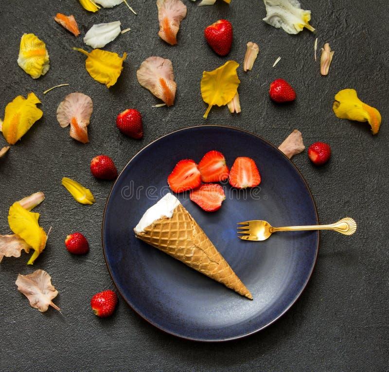 Мороженое цветет черный десерт клубники предпосылки стоковое изображение