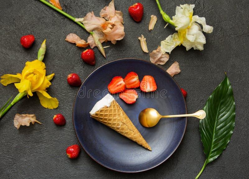 Мороженое цветет черный десерт клубники предпосылки стоковое фото rf