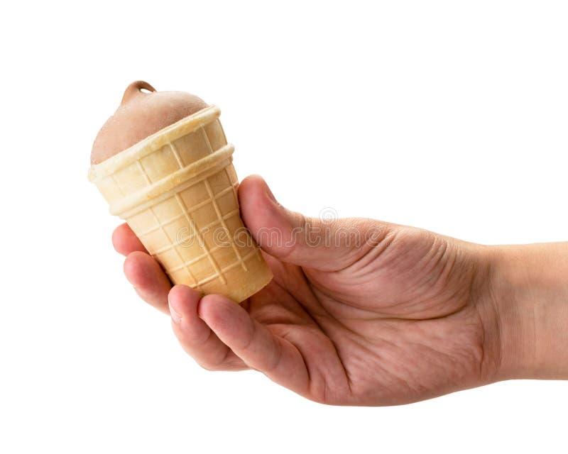 Мороженое шоколада в чашке вафли держа руку человека на белом стоковое изображение rf