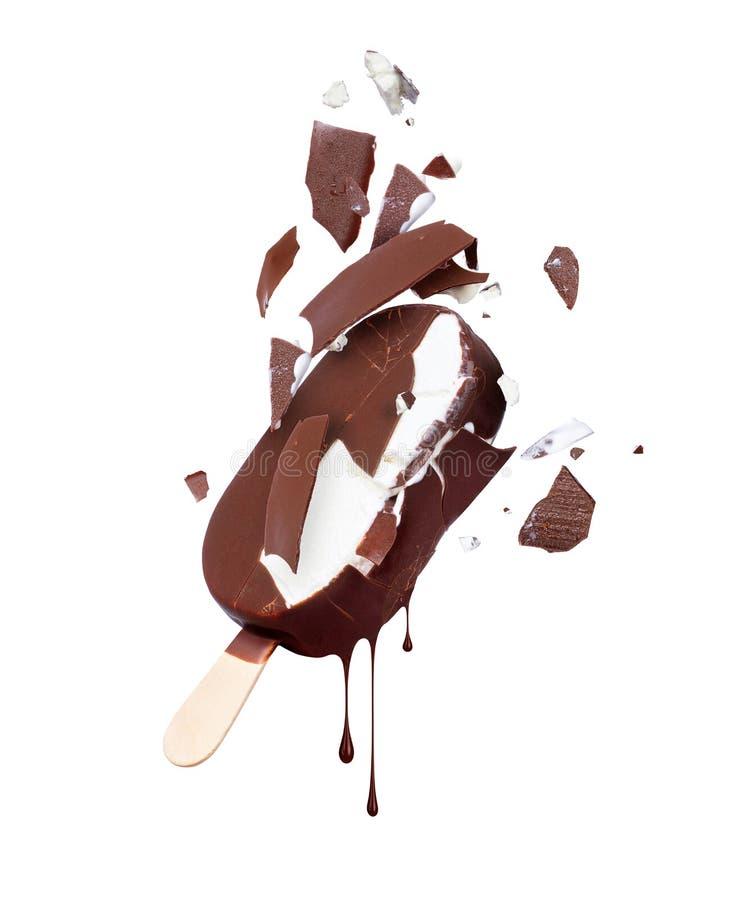 Мороженое шоколада сломанное в части, изолированные на белизне стоковые фотографии rf
