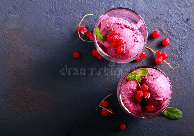 Мороженое ягоды в стеклах стоковое фото